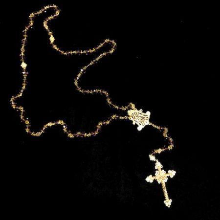 Rosario malva y plata chapado en oro