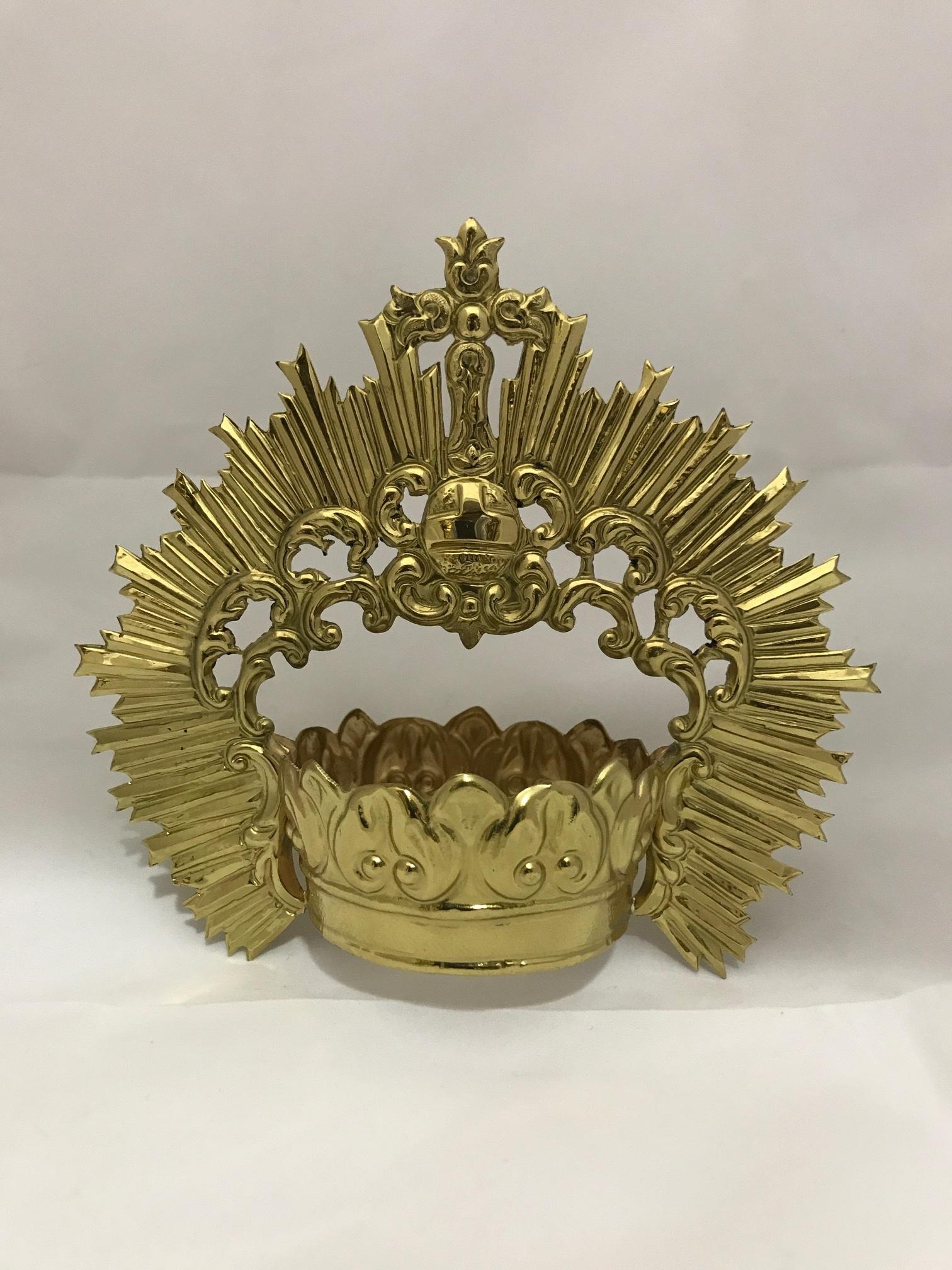 Corona dorada cincelada
